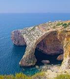 Klippe mit Höhlen im blauen Grottenbereich Lizenzfreies Stockbild
