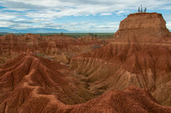 Klippe mit Kaktus und Tal des roten orange Sandes Lizenzfreies Stockbild