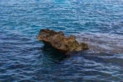 Klippe mitten in dem sea-4 Lizenzfreie Stockfotografie