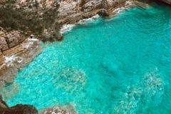 Klippe in Petrovac, Montenegro Adriatisches Meer des Türkiswassers bea Lizenzfreie Stockfotos
