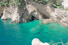 Klippe in Petrovac, Montenegro Adriatisches Meer des Türkiswassers bea Stockbilder