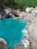 Klippe in Petrovac, Montenegro Adriatisches Meer des Türkiswassers bea Stockbild