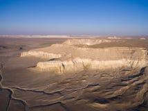 Klippe am Rand der Ustiurt-Hochebene, Kasachstan Schattenbild des kauernden Geschäftsmannes Lizenzfreies Stockbild