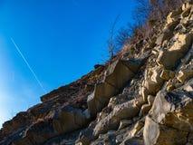 Klippe und blauer Himmel und Fläche stockfoto