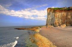 Klippe und Strand Lizenzfreies Stockfoto