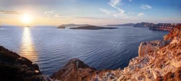 Klippe und vulkanische Felsen von Santorini-Insel, Griechenland Ansicht über Kessel Stockbild