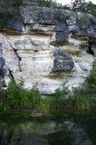 Klippe und Wasser Lizenzfreie Stockbilder
