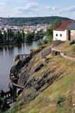Klippen über dem Vltava Fluss in Prag Lizenzfreies Stockbild