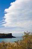 Klippen aan het eind van zandig strand in het eiland van San Pietro, Sardinige Stock Fotografie