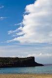 Klippen aan het eind van zandig strand in het eiland van San Pietro, Sardinige Royalty-vrije Stock Foto's