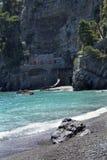 Klippen, aquamarijnwater, en stenen bij Fornillo-Strand in Positano, Italië Stock Foto