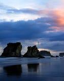 Klippen auf dem Strand Stockfoto