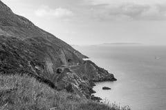 Klippen auf Küste von Irland Nahe Schrei in Co Wicklow Fase gezeichnet unter Verwendung der Schatten lizenzfreies stockbild