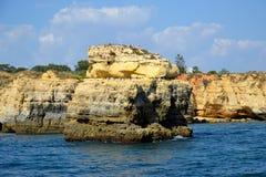 Klippen Baleeira, Albufeira in Algarve Stock Foto