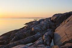 Klippen bij de archipel van zonsonderganglandsort Stockholm Stock Foto's
