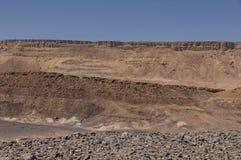Klippen bij de rand van Ramon Crater Royalty-vrije Stock Foto's