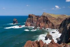 Klippen bij St Lawrence Madeira die ongebruikelijke verticale rotsvorm tonen Royalty-vrije Stock Foto's