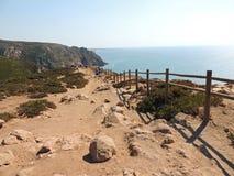 Klippen dichtbij rocavuurtoren van caboda stock fotografie