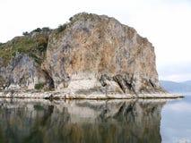 Klippen, die im Ozean sich reflektieren Stockfotografie