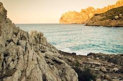 Klippen en baai in Cala Sant Vincenc, Majorca, Spanje, Europa, tijdens de zonsondergang Stock Fotografie