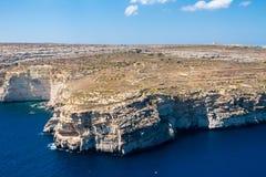 Klippen en blauwe die lagunes van Gozo hierboven worden gezien van Satellietbeeld van Gozo, Malta De koepel van Rotonde van Xewki stock afbeelding