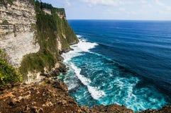 Klippen en golven dichtbij Uluwatu-Tempel op Bali, Indonesië Royalty-vrije Stock Foto's