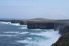 Klippen en het omwikkelen van golven, Ierland Stock Fotografie