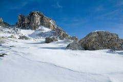 Klippen en sneeuw. Het landschap van de winter Royalty-vrije Stock Foto's