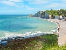 Klippen en strand van Etretat, Normandië, Frankrijk stock afbeelding