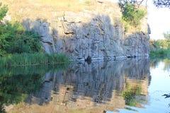 Klippen in het water worden weerspiegeld dat Royalty-vrije Stock Foto