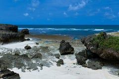 Klippen am idyllischen Strandküste-Feiertagsparadies Lizenzfreie Stockfotos