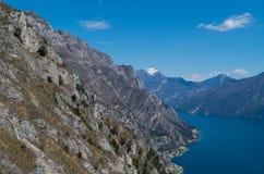 Klippen in Lago Di Garda dichtbij Limone, Italië Royalty-vrije Stock Afbeeldingen