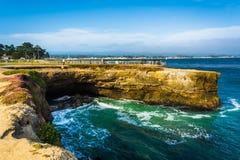 Klippen langs de Vreedzame Oceaan in Santa Cruz, royalty-vrije stock foto's