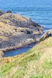 Klippen langs Ierse Kust, Noord-Ierland Stock Foto
