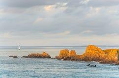 Klippen mit Leuchtturm, Bretagne, Frankreich Lizenzfreies Stockbild