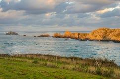 Klippen mit Leuchtturm, Bretagne, St.-Malo, Frankreich Lizenzfreie Stockfotos