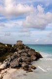 Klippen mit Mayaruinen über dem Ozean bei Tulum lizenzfreie stockfotografie
