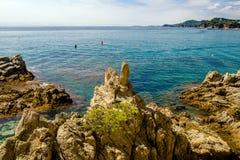 Klippen nahe dem Strand von Sa Caleta Stockfotos
