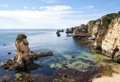 Klippen op de Algarve kust Stock Afbeelding