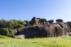 Klippen op eindeloze vlakte van Serengeti Tanzania, Afrika Stock Afbeelding