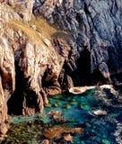 Klippen op rotsachtige kustlijn Royalty-vrije Stock Foto
