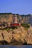 Klippen u. Leuchtturm Stockfotos