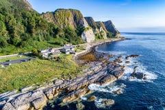 Klippen und Damm-Küstenweg, Nordirland, Großbritannien stockfotos