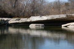 Klippen und Felsen über See Lizenzfreies Stockbild