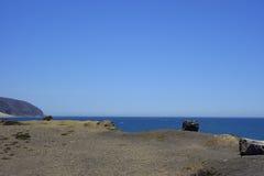 Klippen und Felsen an der Ozean-Küste, Punkt Mugu, CA Stockfoto