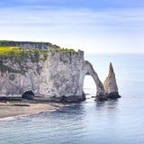 Klippen- und Felsenmarkstein Etretat Aval und blauer Ozean. Normandie, Stockfoto
