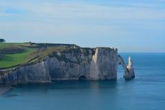Klippen und Küste setzen in Calvados in Frankreich mit diesem blauen Himmel auf den Strand lizenzfreie stockbilder
