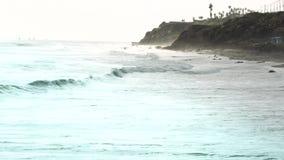 Klippen und Meereswogen stock footage