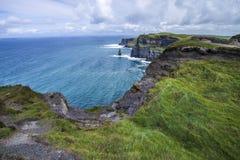 Klippen und Ozean lizenzfreies stockfoto