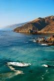 Klippen und Ozean an einem sonnigen Tag Stockbilder